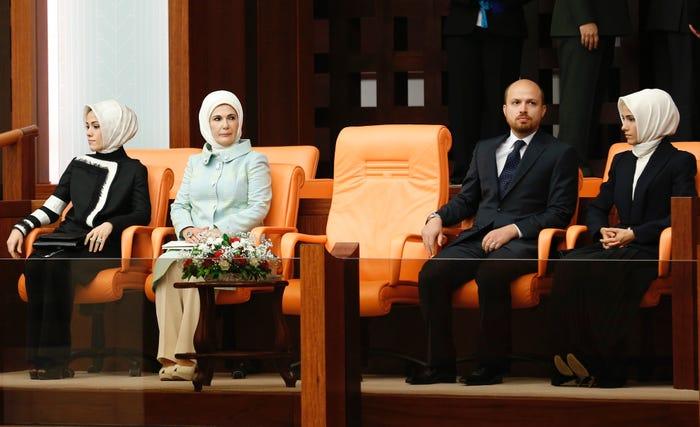 Familja e Erdoganit: vajza Esra Albayrak, gruaja Emine, djali Bilal dhe vajza Sumeyye Erdogan në Ankara – 28 gusht 2014