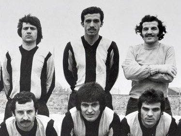 Erdogan (qendër, prapa) ndërsa luante futboll gjysmë profesional