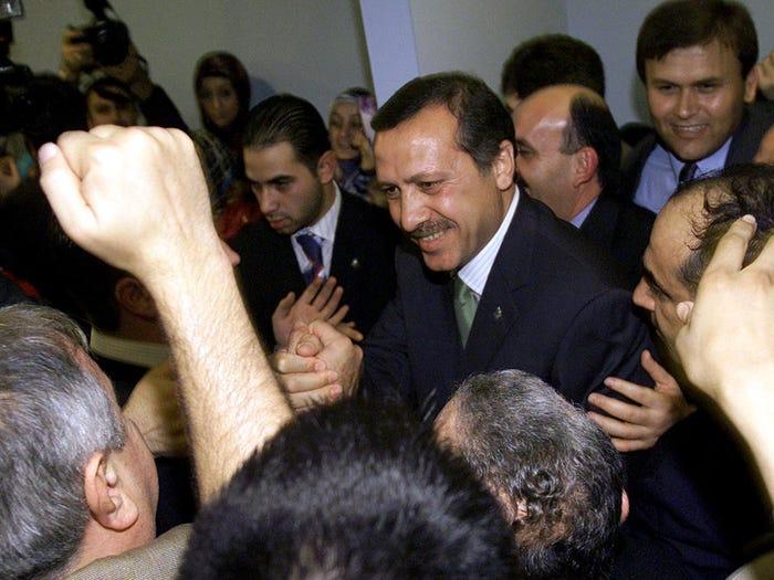 Udhëheqësi i AKP, Rexhep Tajip Erdogan, ish kryetari i Stambollit, është përshëndetur nga përkrahësit pasi fitoi zgjedhjet në Stamboll në 3 nëntor 2002