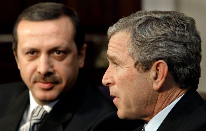 Presidenti i SHBA-së Xhorxh W. Bush dhe Tayip Rexhep Erdogan, në Shtëpinë e Bardhë, 10 dhjetor 2002
