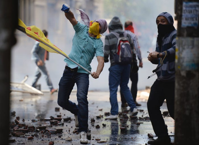 Përleshjet shpërthejnë midis policisë dhe protestuesve në maj 2013