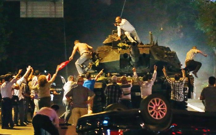Një tank në Ankara, Turqi, 16 korrik 2016. Anëtarët e forcave të armatosura të Turqisë thanë që ata kishin marrë kontrollin e vendit
