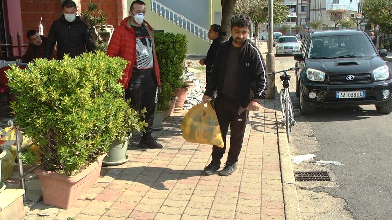 COVID-19/ Emigranti dhuron 60 pako për familjet në nevojë