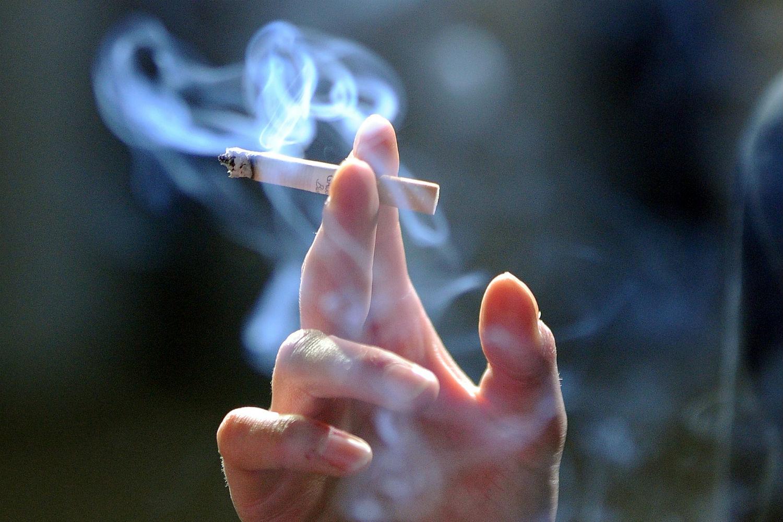COVID-19/ OBSH në Shqipëri bën thirrjen për duhanpirësit