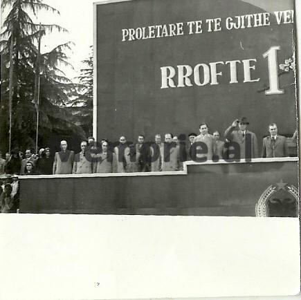 Byroja-Politike-ne-tribunen-e-Parades-se-1-Majit-ne-Tirane.-1961
