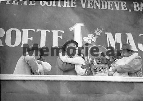 E-Hoxha-H-Lleshi-dhe-M-Shehu-duke-u-perqafuar-me-pionieret-ne-Paraden-e-1-Majit.-1961