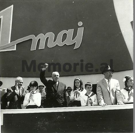 E-Hoxha-H-Lleshi-dhe-M-Shehu-se-bashku-me-pionieret-ne-Paraden-e-1-Majit.-1971