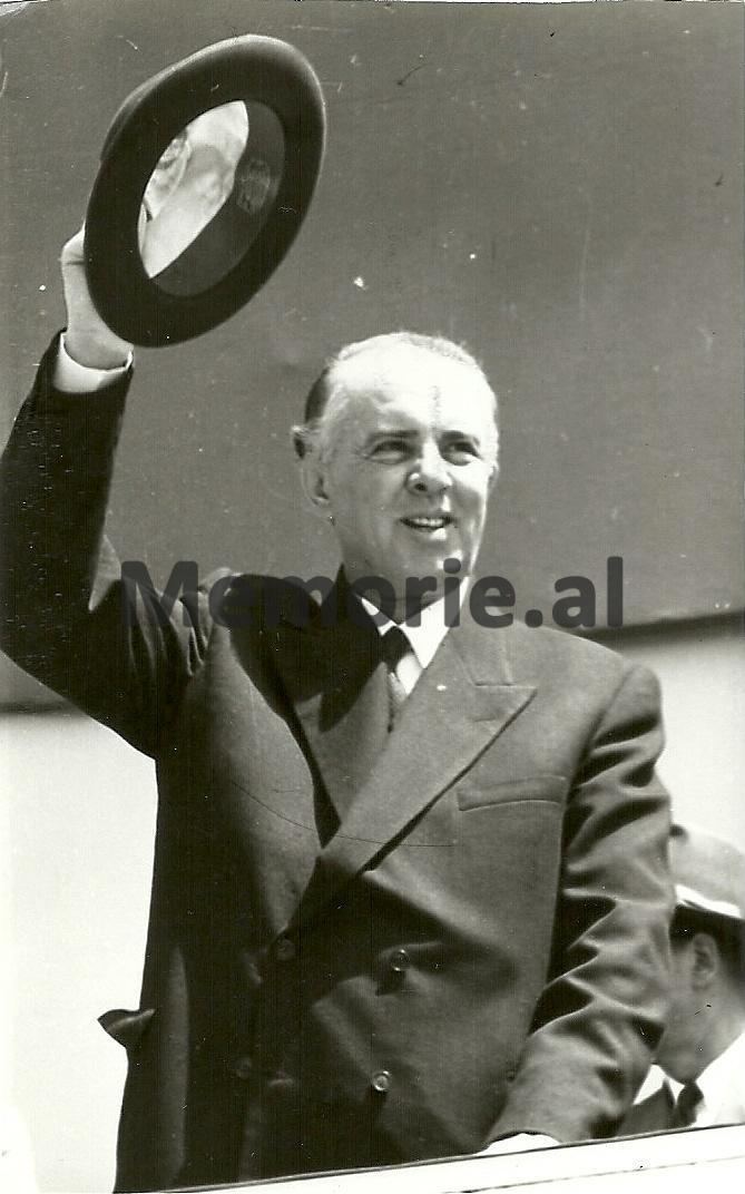 Enver-Hoxha-duke-pershendetur-Paraden-e-1-Majit-ne-Tirane.-1971