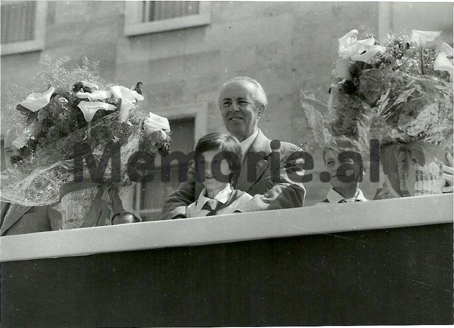 Enver-Hoxha-ne-tribunen-para-Kryeministrise-se-bashku-me-dy-pioniere-gjate-parakalimit-te-1-Majit.-1981