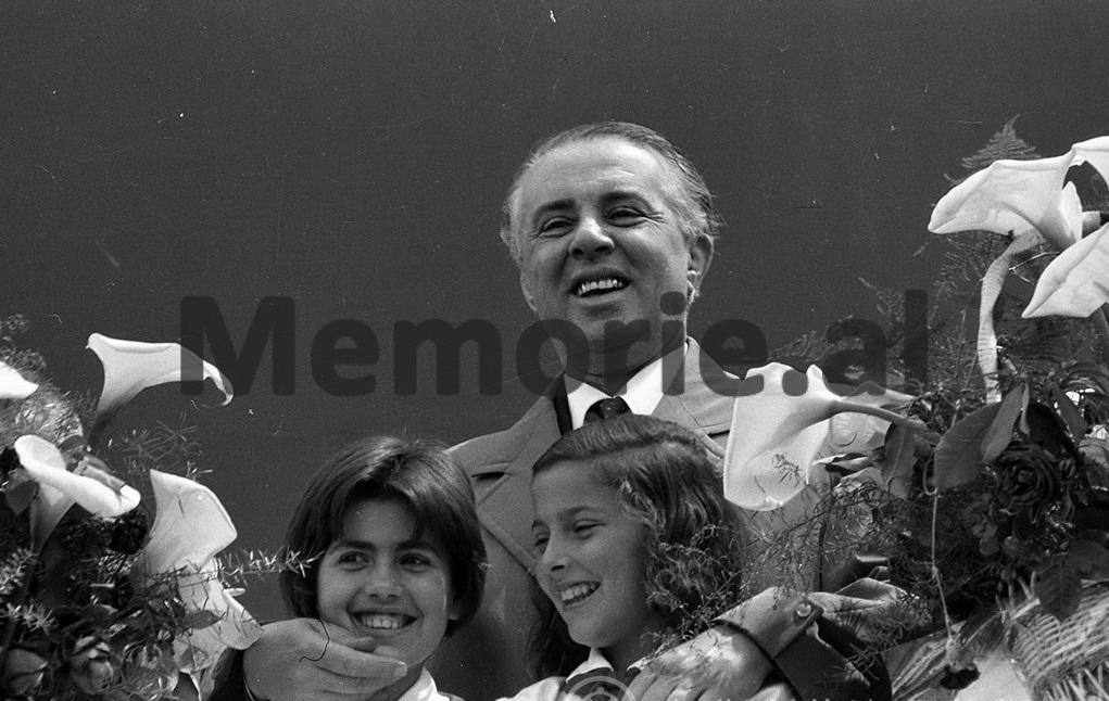Enver-Hoxha-se-bashku-me-dy-pioniere1