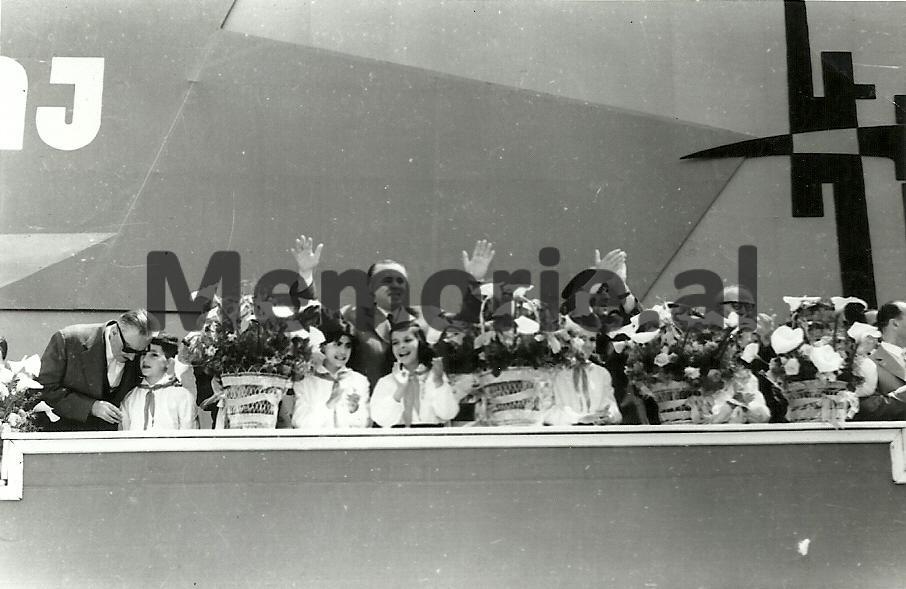 H-Lleshi-E-Hoxha-B-balluku-S-Koleka-se-bashku-me-pionieret-ne-tribunen-e-Parades-se-1-Majit.-1966