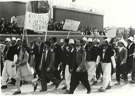 Nje-grup-fshataresh-te-Tiranes-duke-parakaluar-ne-Paraden-e-1-Majit.-1963
