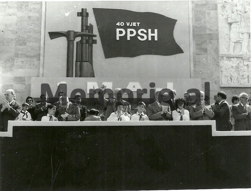 R-Marko-H-Lleshi-E-Hoxha-M-Shehu-R-Alia-S-Koleka-se-bashku-me-pionieret-ne-tribunen-e-Parades-se-1-Majit.-1981