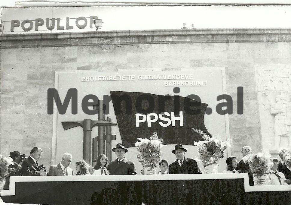 S-Gradeci-H-Lleshi-E-Hoxha-M-Shehu-R-Alia-S-Koleka-se-bashku-me-pionieret-ne-tribunen-e-Parades-se-1-Majit.-1980