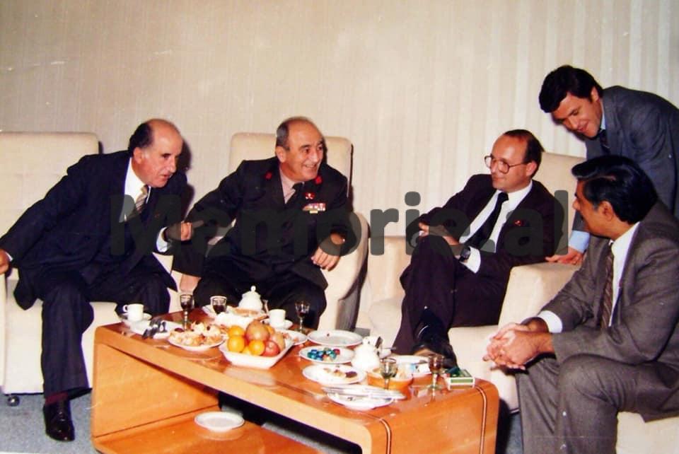 Hekuran-Isai-dhe-Prokop-Murra-se-bashku-me-Hardial-Bains-gjate-Kongresit-te-IX-te-PPSH.-1986-1