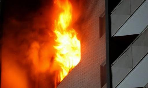 Përfshihet nga flakët banesa në Elbasan, zjarri filloi nga kati i 2