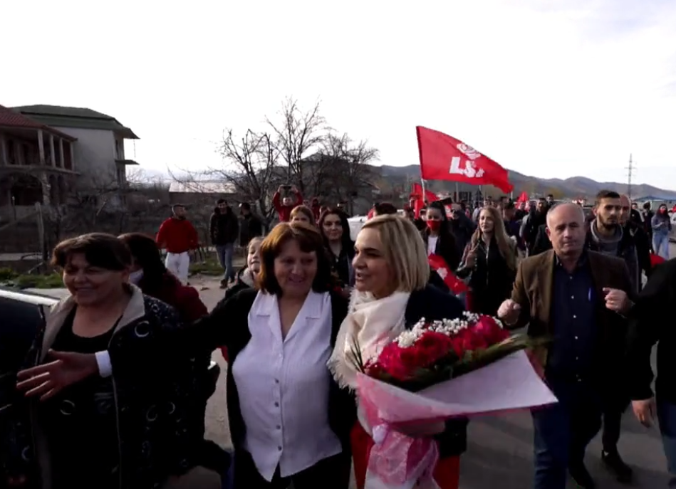 Qytetarët e Korçës i presin rrugën Kryemadhit: Mona je e jona