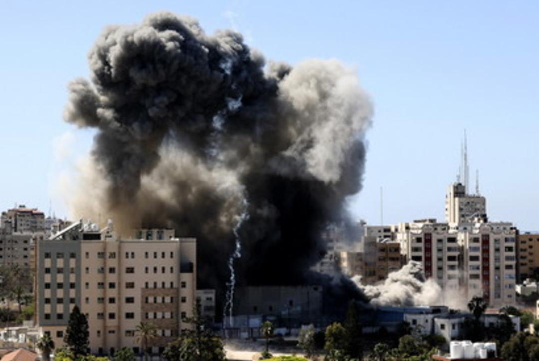 Izraeli bombardon zyrat e 'Al Jazeera' dhe 'Associated Press'